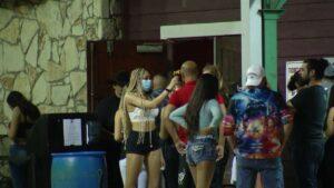 Joven de Texas es acusada de acudir a concierto infectada de Covid-19