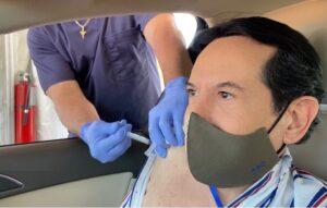 Juan José Origel se vacuna contra COVID-19 en EU y causa indignación
