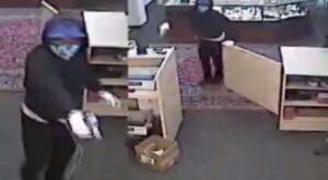 VIDEO: Ladrones fingen ser clientes y roban casa de empeño