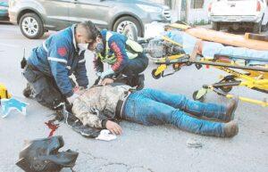 Grave, al estrellar moto contra una camioneta
