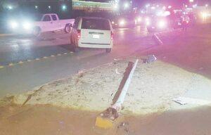 Abandonan camioneta chocada contra poste