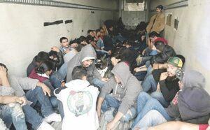 Caen 96 migrantes indocumentados dentro de un remolque refrigerado