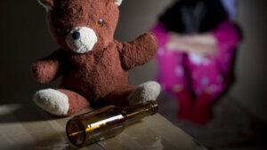 Rescatan a dos niños que eran golpeados y embriagados con pulque por sus padres