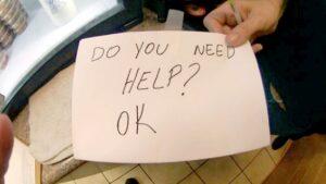 Mesera salva a niño maltratado enviando nota de auxilio