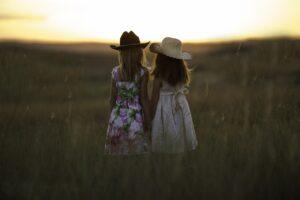 Expulsan a niña de su escuela por enamorarse de su compañera