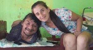 Sin piernas ni brazos, hombre crió a sus hijas tras abandono de su madre