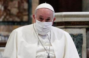 Papa Francisco recibe primera dosis de vacuna contra Covid