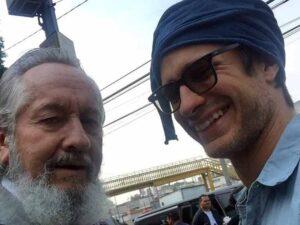 Viuda del padre de Gael García publica selfie con el cadáver y desata indignación