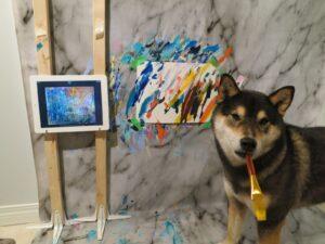 Perro pintor gana más de 17 mil 800 dólares con sus cuadros (VIDEO)