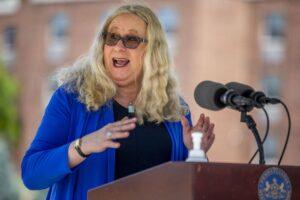 Mujer transgénero fue elegida por Biden para puesto clave en salud
