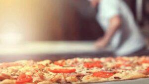 Regalan un auto nuevo como propina a un repartidor de pizzas