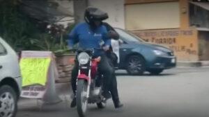 Se volvió un héroe: Repartidor ayuda a un policía a perseguir ladrones