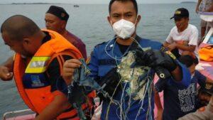Pescadores encuentran restos de avión indonesio perdido