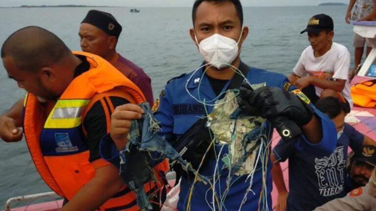restos avion indonesio pescadores mar