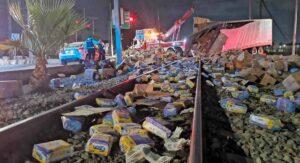 Escobedo, NL: TRENAZO provoca que vuelen toneladas de pañales por las vías