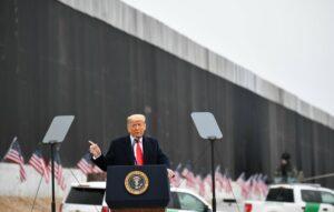 Trump supervisa muro fronterizo en Valle de Texas