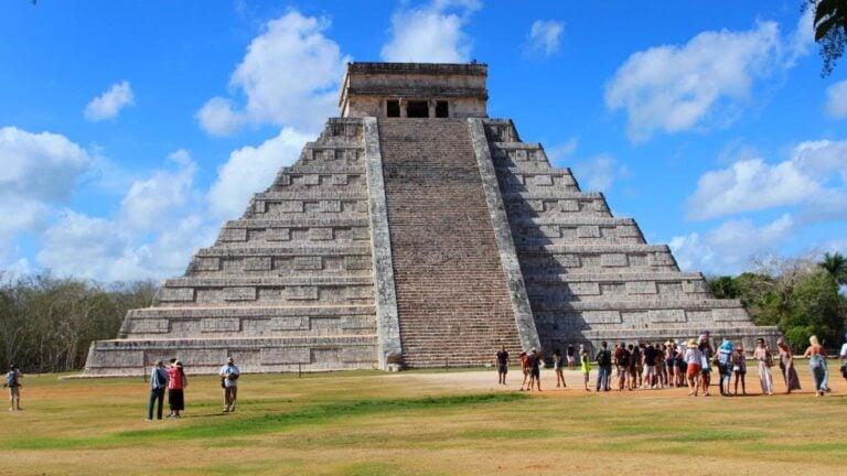 turista ebria sube piramide chichen itza