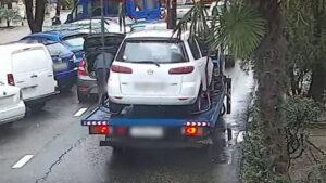 Se salva de milagro: Evita ser golpeado por un auto que casi se suelta de una grúa (VIDEO)