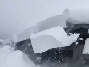 VIDEO: Intenta retirar nieve de techo y provoca gran avalancha