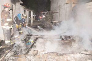 Trabajan bomberos y Protección Civil 'con las uñas'