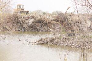 Tapa el Municipio arroyo; crece riesgo de inundación