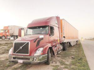 Choque entre dos camiones deja un herido