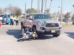 Choca moto; acaba herido
