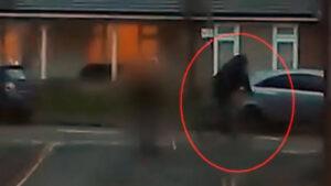 VIDEO: Anciana golpea con sus muletas a ladrón que le arrebató el bolso