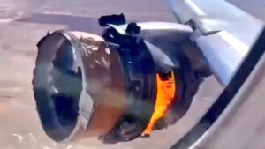 VIDEO: Motor de un avión explota en pleno vuelo