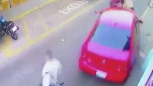 VIDEO: Conductor de un auto chocó y al querer darse a la fuga arrolló a una familia