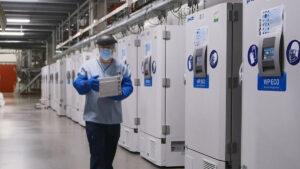 Trabajador destruye más de mil vacunas contra coronavirus por desconectar refrigerador