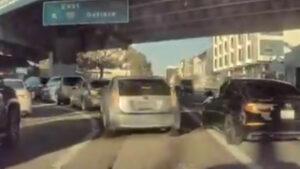 VIDEO: Cámara de auto Tesla capta robo en plena carretera