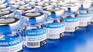 Niño desconecta refrigerador y se pierden 130 vacunas contra covid-19