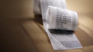 ¿Es legal que revisen tu ticket de compra antes de salir de la tienda?