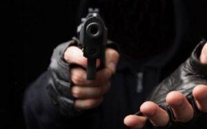 VIDEO: Intentan asaltarlo en restaurante y responde a balazos