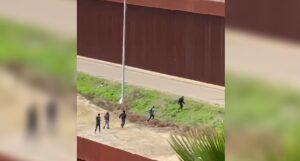 Migrantes cruzan doble muro de México a Estados Unidos, en menos de 4 minutos