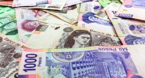 Peso cierra su mejor nivel en tres semanas tras bajar la tasa de Banxico