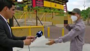 Reportero sufre de asalto mientras esperaba transmitir en vivo -video-
