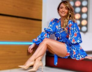 Andrea Legarreta levanta suspiros con minifalda (FOTOS)