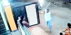 VIDEO: Hombre ataca con un hacha a mujer que lo rechazó hace años