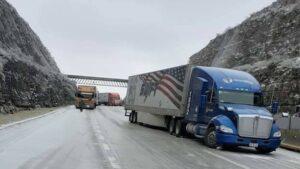 Atrapados en autopista a Nuevo Laredo; alistan helicóptero para rescate