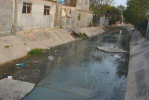 Sufren vecinos por canales inservible