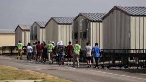Reabren centros de detención de niños migrantes; Biden dice que no son jaulas