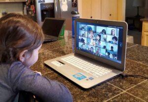 Se solidarizan escuelas con clases en línea