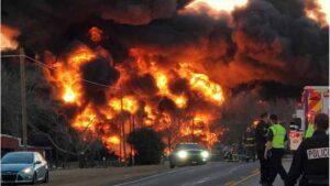Impresionante VIDEO del choque de un camión con un tren cargado de gasolina y carbón en Cameron, Texas