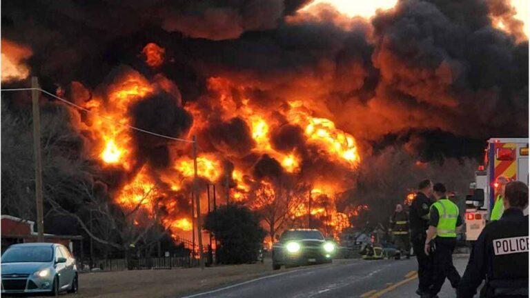 EL tren cargado de gasolina y carbón provocó un gigantesco incendio