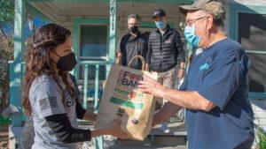 Eva Longoria entrega apoyos a texanos afectados por tormenta invernal
