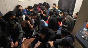 Aseguran 100 indocumentados hacinados en una casa móvil en Laredo, TX