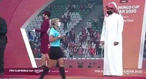 Jeque de Qatar le niega el saludo a mujeres árbitros