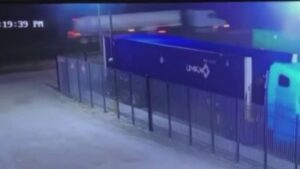 Un detenido relacionado con llamada de migrantes que suplicaban ayuda (VIDEO)